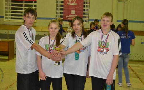 команда   победителей   с   кубком   в  руках